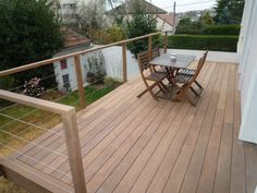 Terrasse sur pilotis avec garde corps en bois                                                                                                                                                                                 Plus