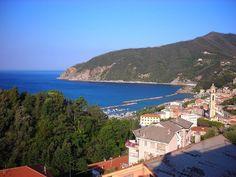 Road Trip pelo litoral italiano: De Gênova à Cinque Terre (ou Train Trip) Regions Of Italy, Cinque Terre, Train Travel, Road Trip, Photoshoot, Mansions, Landscape, House Styles, Places