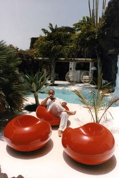 César Manrique at his home in Tahíche Lanzarote the Canary Islands Beautiful Architecture, Interior Architecture, Interior And Exterior, Retro Interior Design, 1980s Interior, Retro Futuristic, Futuristic Interior, Futuristic Furniture, Canary Islands
