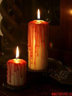 Nachdem es ja in diesem Jahr schon eine Anleitung für blutüberströmte Kelche gab, erhöhe ich noch um ein paar gruselige Kerzen für das richtige Ambiente. Diese Halloweendeko ist wirklich so dermaßen simpel und günstig zu machen, dass ich mich ernsthaft frage, warum ich nicht früher auf die Idee gekommen ist.    Nur mit etwas rotem Wachs lassen sich weiße Kerzen wunderbar verwandeln. Natürl ...