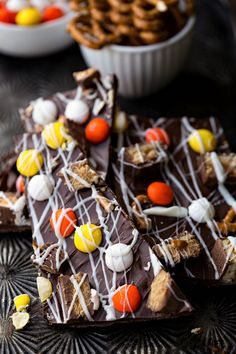 Halloween Candy Bark recipe is perfect Halloween food! It's a fun Halloween dessert treat that is also a great way to use up leftover Halloween candy. Chocolate Almond Bark, Melting Chocolate Chips, Chocolate Treats, Dessert Chocolate, Chocolate Recipes, Easy Halloween Food, Halloween Desserts, Halloween Candy, Haunted Halloween