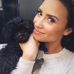 Between our eyebrow queen @ddlovato and her puppy, the amount of cute in this pic is unbearable.