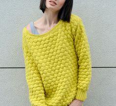 Un look très en vogue grâce à ce modèle de pull au point gaufré qui offre de la matière pour un look irréprochable. Ce modèle de pull est tricoté en ' laine partner 3.5 ' coloris soufre au point fantaisie et côtes 2/2.