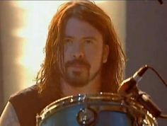 Love this shot of Dave. Foo Fighters Dave Grohl, Foo Fighters Nirvana, Great Bands, Cool Bands, Chris Shiflett, There Goes My Hero, Taylor Hawkins, Perfect Man, Pop