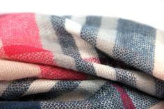 47db053ec6de Grand châle rose écossais doux en laine pour se blottir de chaleur. Maxi  Echarpe,