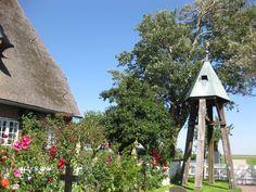 Glockenturm der Halligkirche St. Johannis auf Hooge. Sie stammt aus dem 17. Jahrhundert. Viele Gegenstände erinnern an die sturmflutreiche Geschichte der Halligen. Auch die Geschichte der Kirche wurde stark durch die Sturmfluten beeinflusst. So stammt Baumaterial und ein Teil der Einrichtung von anderen zerstörten Kirchen in Nordfriesland.