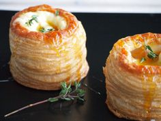 Pasty pastries with Brie Honey and Thyme Flying Foodie. Brie, Yummy Drinks, Yummy Food, Appetizer Recipes, Snack Recipes, Appetizers, Christmas Lunch, Xmas Food, Easy Snacks
