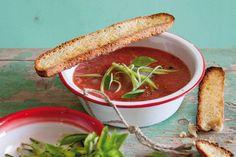 ביום חם, אין כמו לגימה מרעננת מהמרק הספרדי הקלאסי הזה, שמבוסס על עגבניות טריות ושאר ירקות ומוגש ממש קר - אפילו עם קוביות קרח!