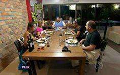 Igor serve o prato principal e a sobremesa aos convidados