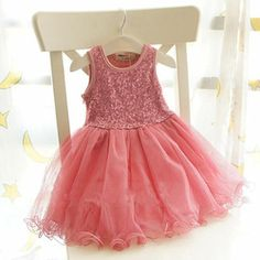 Prachtig feest jurkje Nice in de kleur roze en champagne met aansluitend bovenlijfje bezet met pailletten en de rok is van verschillende laagjes ruche.