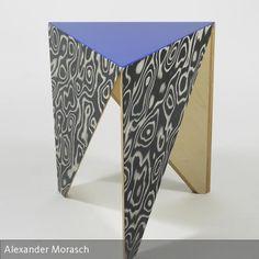 """Dreieckshocker """"FINELINE maser"""" blau  Hocker oder Beistelltischchen in Dreiecksform. Aus Multiplex gefertigt, mit Finelinefurnier belegt, Sitzfläche blau…"""