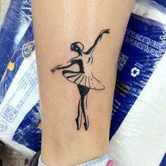 Ta na pele... #tattoo #tatuagem #bailarina #tatuagembailarina #tatuagemfeminina #draw #desenho #balletdancer #gui_tattoo #skinkattoo #sp #brasil #blacktattoo #linetattoo #nofilter #paz