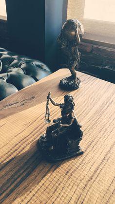 Bir yanım olmuş yunan mitolojideki atlas diğer yanım roma mitolojisindeki themis. .  Dünyamı tehmisin adaletine bırakmışım. .  #yunanmitolojisi #romamitolojisi #themis #atlas #adalet #hukuk #dünya #erzurum