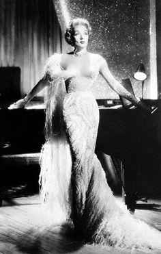 Marlene Dietrich con un diseño de  Jean Louis.