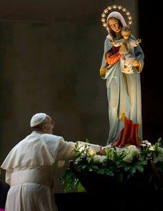 """""""María, mujer de la acción, haz que nuestras manos y nuestros pies se muevan sin demora hacia los otros, para llevar la caridad y el amor de tu Hijo Jesús, para llevar, como tú, en el mundo la luz del Evangelio"""". - Papa Francisco -"""