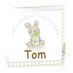 Carte naissance triptyque motif vichy avec photo de bébé. - Cardissime - Un bébé d'amour à croquer est arrivé, et c'est un petit lapin qui se charge de l'annoncer. Dépliez ce faire-part pour faire apparaître la photo de bébé ainsi que votre texte imprimé sur un motif vichy.