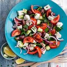 Try this delicious Greek salad recipe plus other recipes from Red Online. Pizza Fina, Clean Eating, Healthy Eating, Healthy Food, Greek Salad Recipes, Cooking Recipes, Healthy Recipes, Slimming World Recipes, Easy Salads
