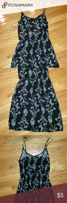 Strappy old navy dress Super comfortable and in great condition wg adjustable straps. I love the way it hangs and breathes. Old Navy Dresses Midi
