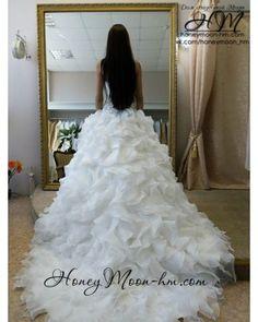 Стильное платье для стильной невесты! Модный дизайн юбки, вырез сердечком, широкий пояс, украшенный стеклярусом и камнями создаст неотразимый образ, а длинный шлей добавит еще большего шика!