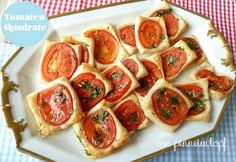 So bekommt euer Brunch eine mediterrane Note. Die Blätterteig-Tomaten-Quadrate … This will give your brunch a Mediterranean touch. The puff pastry and tomato squares can be prepared very quickly and easily. Party Finger Foods, Snacks Für Party, Lunch Snacks, Brunch Recipes, Snack Recipes, Brunch Party, Grilling Recipes, Food Inspiration, Food Videos