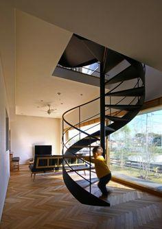 螺旋階段が印象的なアットホームな個人住宅