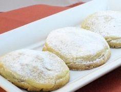 Arabic pancakes stuffed with raisins and almonds - International Food Cake Recipes, Dessert Recipes, Desserts, Comida Armenia, Middle East Food, Arabian Food, Sweet And Salty, International Recipes, Cooking Time