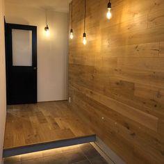 今日は一日すっきりしない天気だったけど、気の合う友達が来てくれて、あーだこーだ色んなことくっちゃべって気分はスッキリ もうすぐ出産を控えてる大きなお腹なのに、長時間付き合ってくれて感謝しかない✨ ・ ・ #玄関 #ゲスト玄関 #こんばんは #裸電球 #ブラケットライト… Entrance Design, House Entrance, Japan Interior, Room Interior, Interior Design, Muji Home, Entry Hallway, Cozy Room, Japanese House