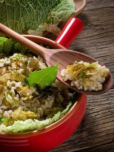 Il risotto alla verza è un piatto sano, genuino e molto saporito che anche i vegetariani e i vegani possono gustare senza problemi.