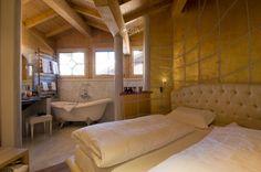 Vista sulla camera da letto e sul bagno di una suite dell'hotel Concordia