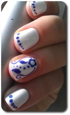 Accent nails - blue-and-white freehand print