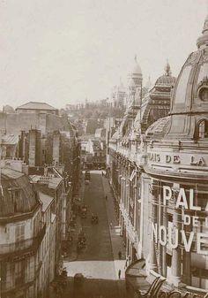 Les Galeries Dufayel - Les grands magasins Dufayel, entreprise titanesque, ouvrirent Boulevard Barbès en 1856. Ces galeries initiées sous l'impulsion de Jules André Crespin portaient alors le nom de Palais de la Nouveauté. L'entreprise connut rapidement un joli succès. A la mort de Crespin en 1888, l'enseigne fut repris par l'un de ses employé, le fameux Dufayel. Celui ci multiplia les initiatives ingénieuses et fit preuve d'une grande modernité dans son approche.