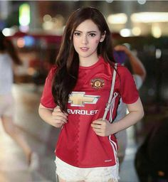 Hot Football Fans, Football Girls, Football Outfits, Psg, Top Tags, Manchester United, Fangirl, Beautiful Women, The Unit