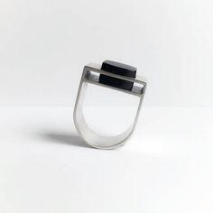 Deze stoere zilveren ring is handgemaakt. De zwarte onyx steen heeft een aparte zetting. De zetting oogt zowel van boven als van de zijkant heel verrassend. De ring is stoer en elegant tegelijk en draagt heel comfortabel. In alle ringmaten te bestellen en alleen met een zwarte steen te verkrijgen.