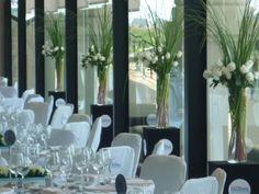 bases de vidrio con follaje y rosas blancas