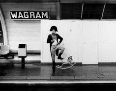 Le photographe Janol APIN a eu l'idée de mettre en scène le nom des stations de métro.