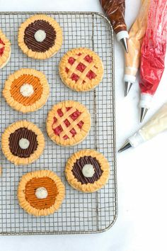 How to Make Sugar Cookie Pies | 'Tis the season for PIE! Today I'm sharing my favorite way to eat pie...as a cookie! These simple buttercream sugar cookie pies are quick to make and will be the hit of your Thanksgiving tablescape. || JennyCookies.com Thanksgiving Cookies, Fall Cookies, Holiday Cookies, Thanksgiving Drinks, Thanksgiving Tablescapes, Iced Cookies, Holiday Desserts, Pumpkin Sugar Cookies, Sugar Cookie Icing