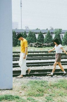 Beautiful model, love poetry: this photo is making FA 'whole fever' because it is so cute and romantic Vintage Couple Photography, Couple Photography Poses, Couple Portraits, Film Photography, Japanese Couple, Korean Couple, Vintage Couples, Cute Couples, Film Inspiration