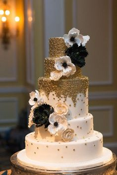 wedding cakes black White, metallic gold and black wedding cake idea - five-tiered fondant-frosted cake with cascading flowers + gold accents {Photography by Marirosa} Black And Gold Cake, White And Gold Wedding Cake, Gold Wedding Colors, Black Wedding Cakes, Purple Wedding, Lace Wedding, Wedding Flowers, Chic Wedding, Pink Black
