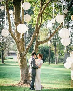 White paper lantern, to decorate your garden wedding party. Versier je bomen voor je tuinfeest met lampionnen met witte linten. Wedding Ideas, wedding inspiration, bruiloftsversiering, huwelijks ideeën, garden party decoration, garden wedding Ideas, Lampions en papier, lanterne, trouw inspiratie, wedding inspiration, wedding Ideas. White paper lanterns, witte lampions. Trouw ideeën  Zie www.lampion-lampionnen.nl