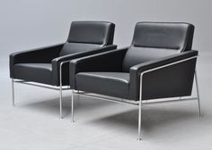 Arne Jacobsen 1902 - 1971. A pair of lounge chairs, model 3300. Chromed tubular steel frame, original black leather upholstery. Designed in 1956. Produced by Fritz Hansen