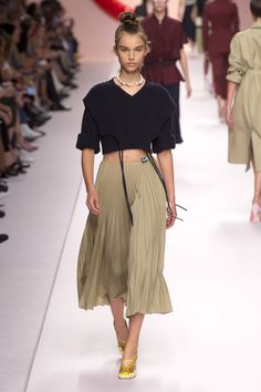 Fendi Spring 2019 Ready-to-Wear Collection - Vogue Spring Fashion Outfits, Spring Fashion Trends, Look Fashion, High Fashion, Fashion Brands, Fashion Stores, Celebrities Fashion, Fashion Designers, Fashion Dresses