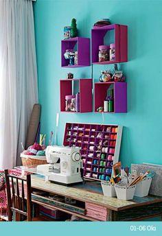 El vibrante turquesa atrapa este cuarto de estudio, deja tu espacio vibrar con Comex.