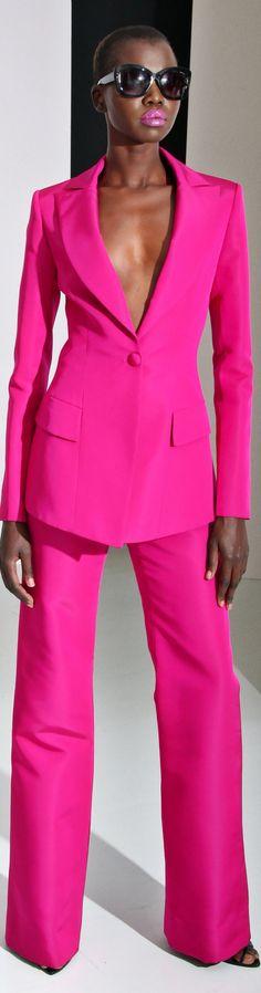 Koele, heldere en donkere kleur. Rechte belijning. De kleur maakt het een dramatische extravagant stijl.