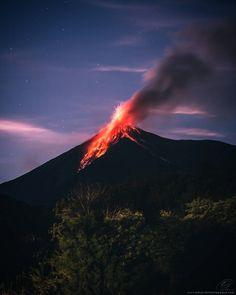 Amazing shot of Volcán de Fuego erupting in Guatemala by @eduardo_montepeque #beautifullatinamerica   Increíble foto del Volcán de Fuego en plena erupción en Guatemala #latinoamericahermosa