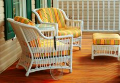 Nothing looks more outdated than wicker with peeling paint. Here's how to paint wicker furniture in six steps for a quick refresh. Used Outdoor Furniture, Porch Furniture, Furniture Legs, Living Furniture, Vintage Furniture, Furniture Cleaning, Furniture Repair, Wicker Mirror, Wicker Shelf