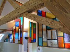 barevná skleněná dělící stěna