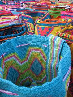 Color Artesania  Mochilas tipicas tejidas por los indigenas Wayúu, Rioacha, Colombia.