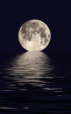 Beautiful picture of the moon on the water