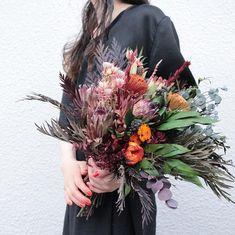 souiさんはInstagramを利用しています:「Bouquet。 オーダーありがとうございます。 . . #ブーケ #ドライフラワー #プリザーブドフラワー #プレ花嫁 #結婚準備 #結婚式準備 #挙式 #披露宴 #お色直し #前撮り #フォトウェディング #ウェディングブーケ #ブライダルブーケ #リースブーケ…」 Winter Wedding Favors, Winter Wedding Flowers, Winter Wedding Invitations, Rustic Wedding Flowers, Bridal Flowers, Summer Flower Arrangements, Floral Arrangements, Dried Flower Bouquet, Dried Flowers