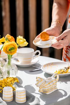 Noch auf der Suche, nach dem passenden Ostergeschenk? Jetzt mit Gmundner Keramik handgemachte Freude zu Ostern verschenken! Table Decorations, Spring, Diy, Home Decoration, Glee, Pretty Pictures, Searching, Easter Activities, Simple